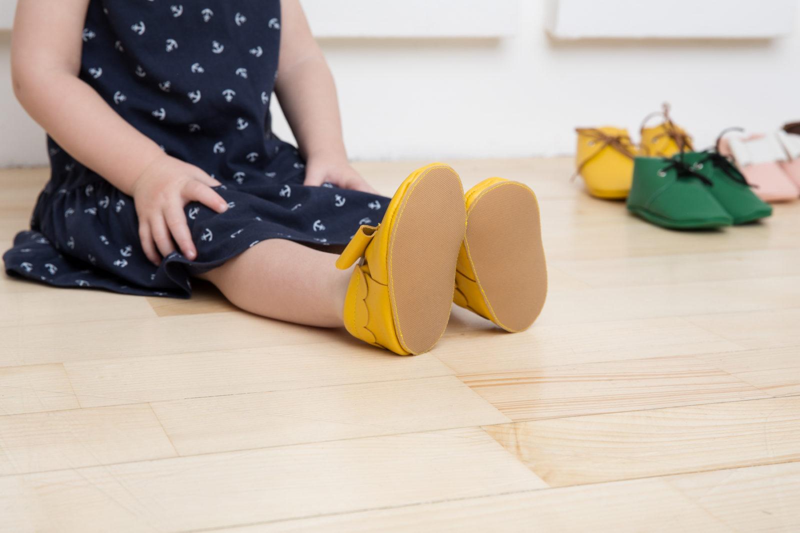 Ребенок в желтых ботинках